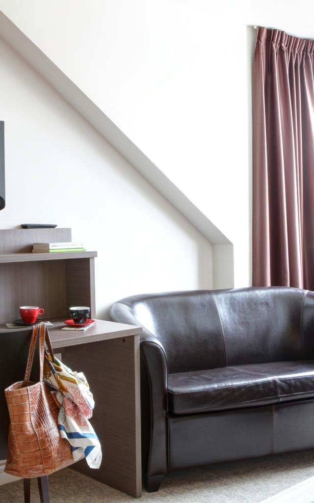 Chambre canapé noir écran plat