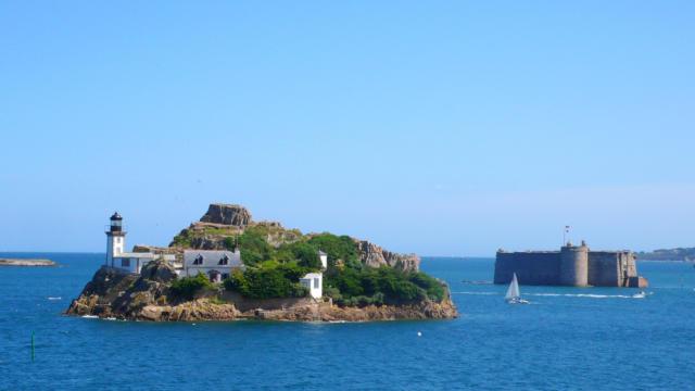 Vue sur l'Ile Louet et sur le Chateau du Taureau en baie de Morlaix.