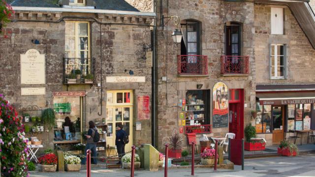 Becherel, la cite du livre remplies de librairies pres de la porte Saint-Michel.
