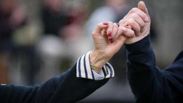 Gros plan sur des mains en train de danserEntrez dans la danse, les pieds et l'esprit en fete a Brec'hExperience bretonne