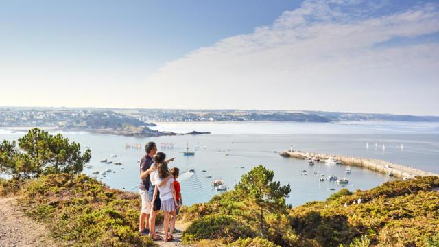Vue panoramique sur la baie de Saint-Brieuc et le port d'Erquy