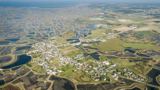 Vue aerienne des marais salants de Guerande