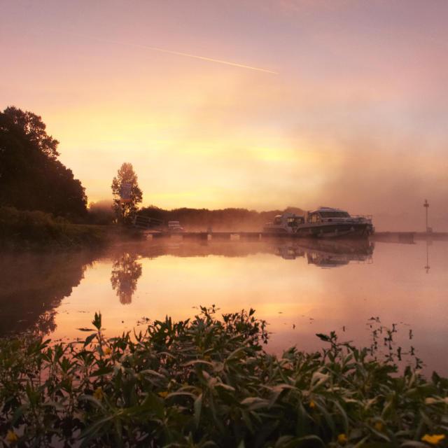 le site de l'Ile aux pies sur la riviere de l'Oust, Classe Grand Site Naturel, au lever du soleil