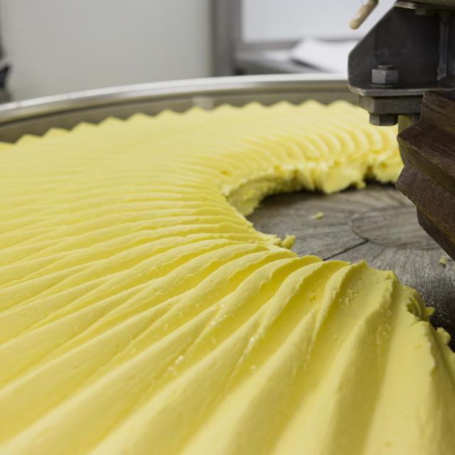Malaxeur en bois dans l'atelier de fabrication du beurre Bordier
