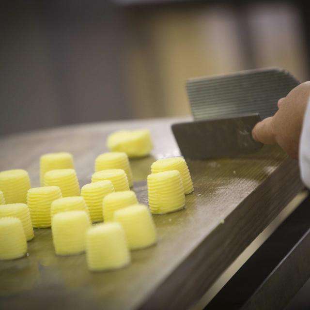 Façonnage des minis beurres Bordier à la main