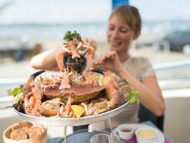 France, Finistère (29), Carantec, dégustation de fruits de mer ua port