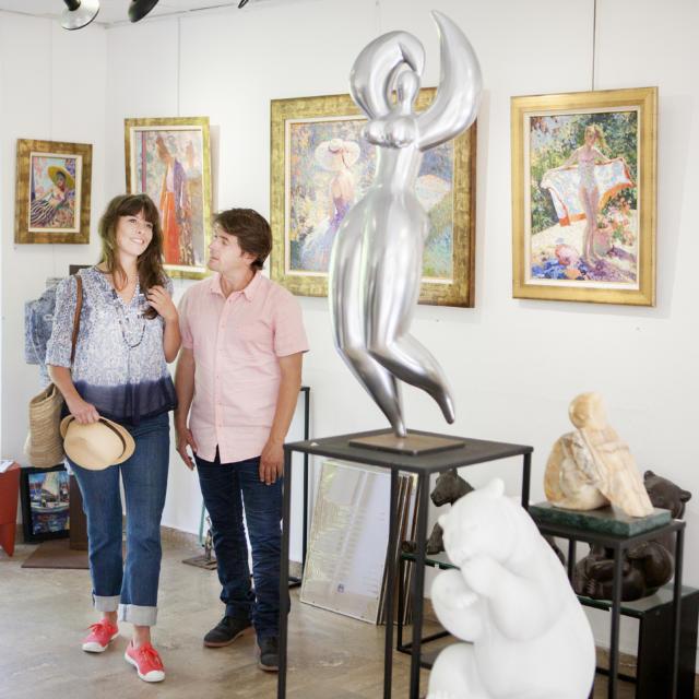 Pont-Aven - Un couple visite une Galerie d'Art