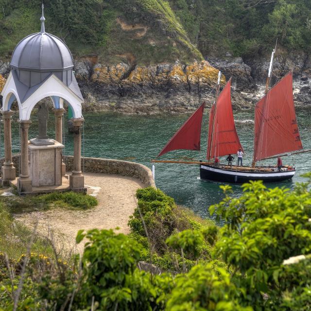 le bateau la Pauline et l'Oratoire Notre Dame de la Garde