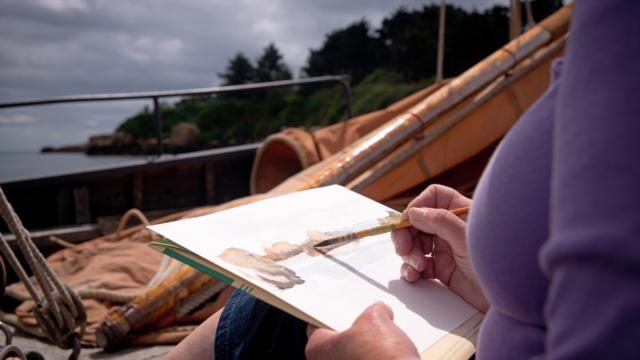 Voile traditionnelle et carnet de voyage à Bréhat