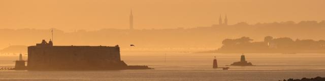 Coucher du soleil dans la brume