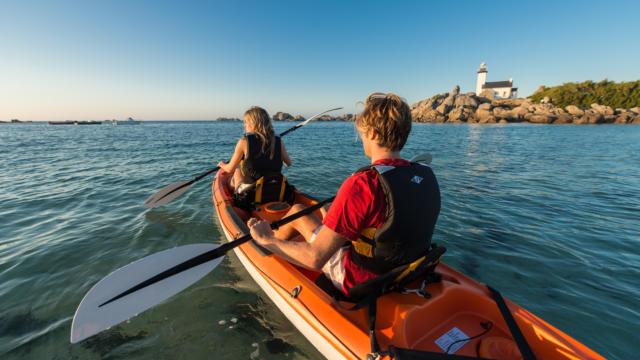 Brignogan-Plages, kayak sur la pointe de Beg-Pol, phare de Pontusval