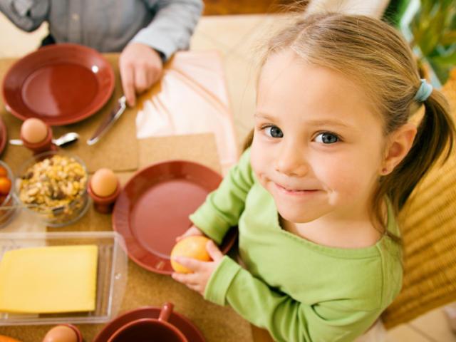 Une petite fille prenant son petit déjeuner