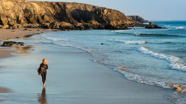 Une surfeuse à Saint-Pierre-Quiberon