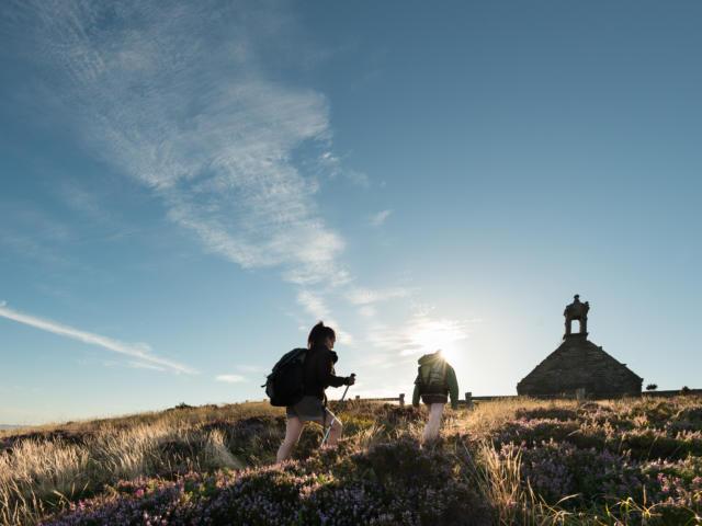 Saint-Rivoal, randonnée sur le mont Saint-Michel de Brasparts et vue sur les Monts d'Arrée dans le Parc Naturel Régional d'Armorique