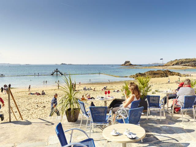 Pause en terrasse devant la plage, Saint-Malo