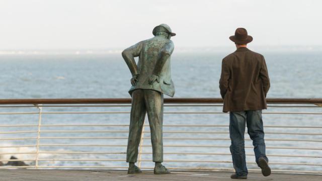 La statue de bronze de Monsieur Hulot du sculpteur Emmanuel Debarre, Saint-Marc-sur-Mer
