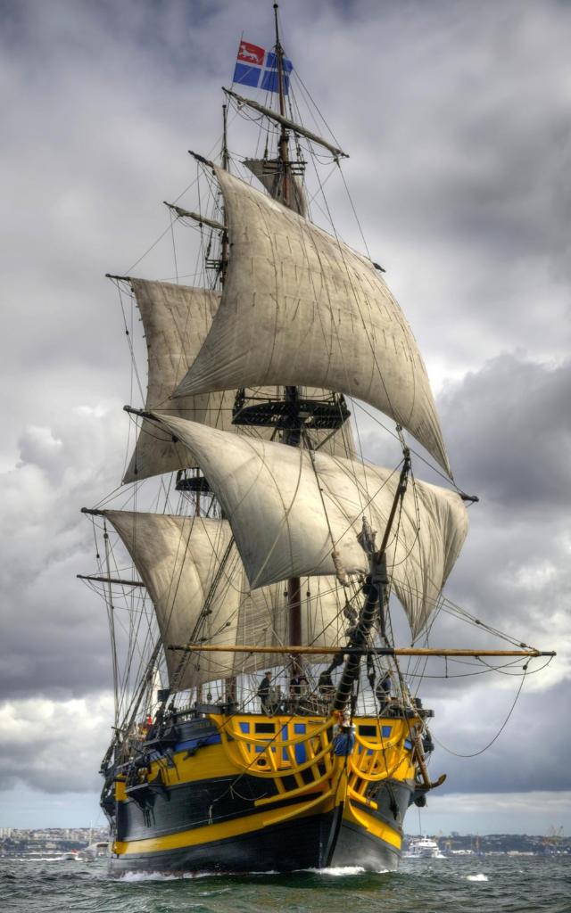 le bateau l'Etoile du Roy navigue sur la mer