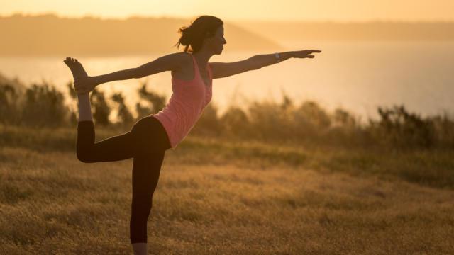 Yoga en pleine nature au petit matin