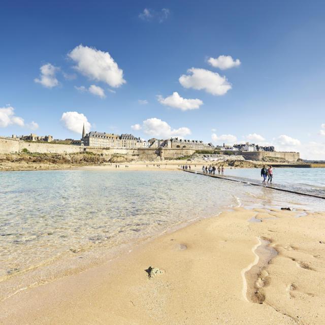 Traversée à pied du passage entre l'île du Grand Bé et Saint-Malo Intramuros