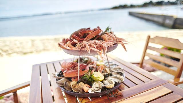 Plateau de fruit de mer en terrasse au bord de l'eau