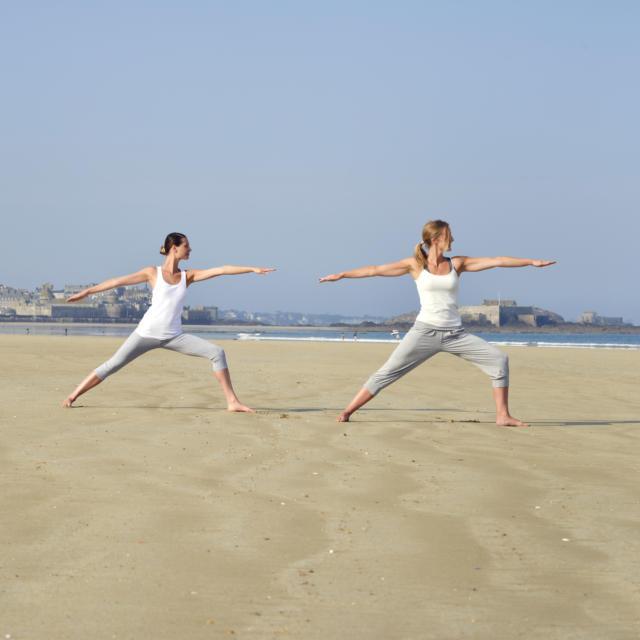 Séance de yoga sur la plage - Les Thermes Marins de Saint-Malo