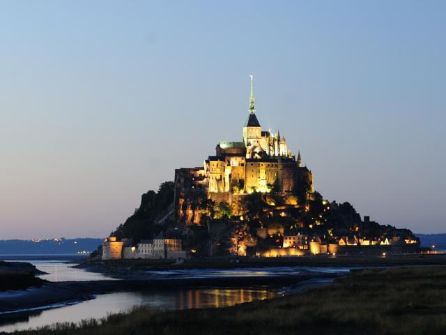 La nuit au Mont, la baie du mont Saint-Michel est classe au patrimoine mondial de l'Unesco.