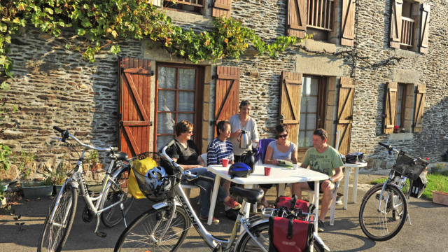 Pause café à Josselin sur le canal de Nantes à Brest