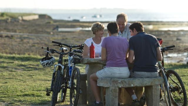 Groupe à vélo le long du littoral de Bretagne