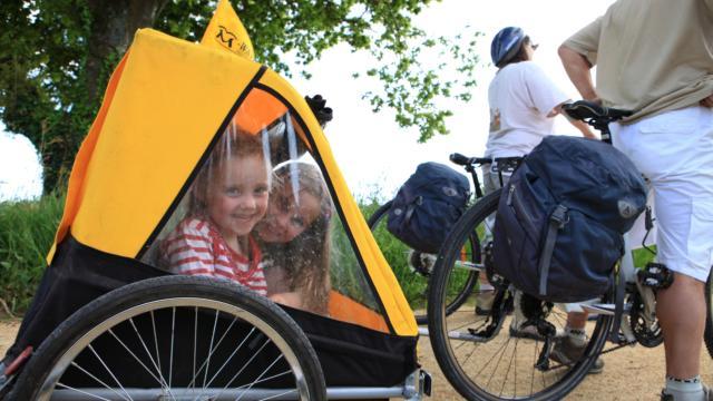 Enfants en carriole à vélo