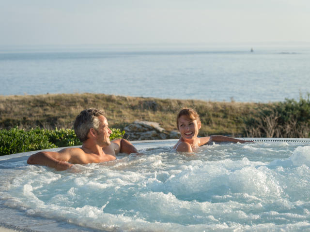 Détente dans le jacuzzi au Sofitel Quiberon Thalassa Sea and Spa
