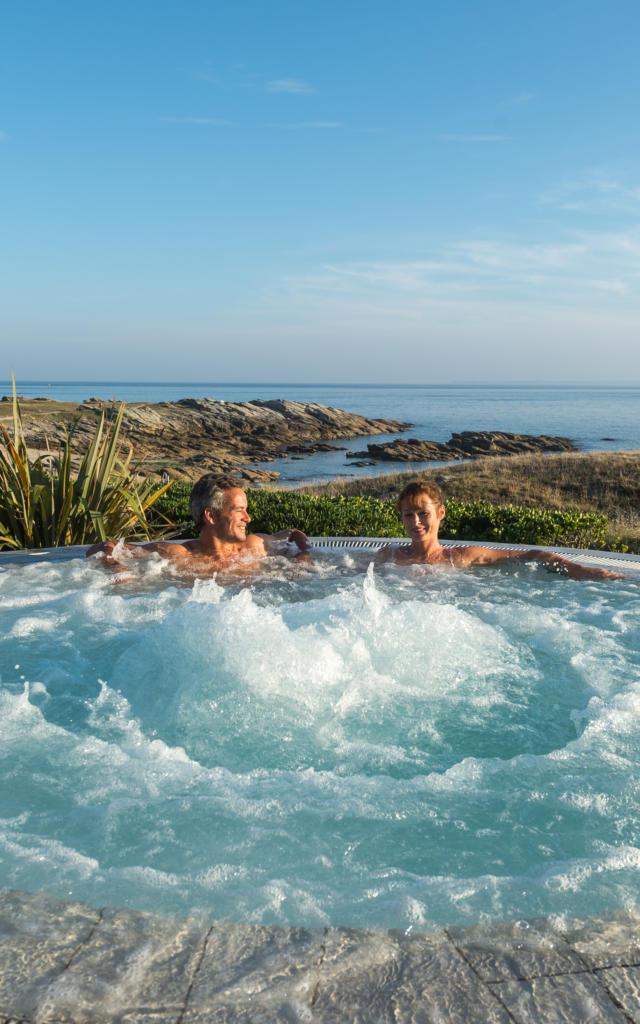 Detente dans le jacuzzi au Sofitel Quiberon Thalassa Sea and Spa