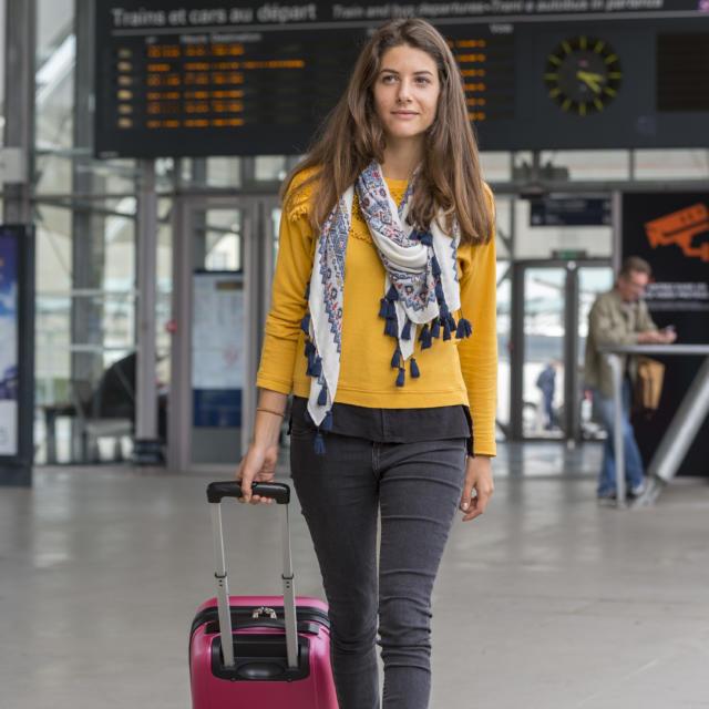 Jeune fille dans une gare