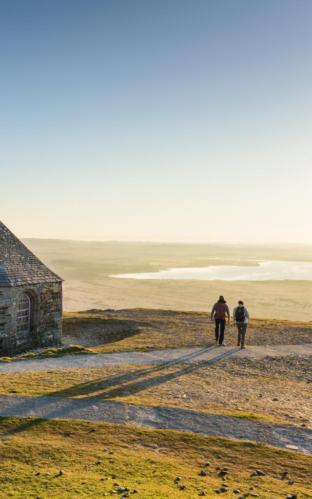 Parc Naturel d'Armorique Regional, vue sur le lac de Brennilis, chapelle