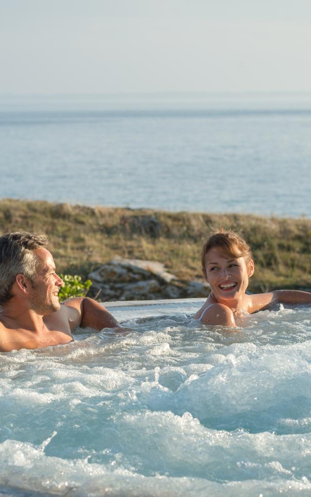 detente-dans-le-jacuzzi-au-sofitel-quiberon-thalassa-sea-and-spa-emmanuel-berthier.jpg
