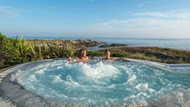 Detente dans le jacuzzi au Sofitel Quiberon Thalassa Sea and Spa