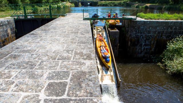 kayak-sur-les-glissieres-a-lecluse-de-glomel-simon-bourcier.jpg