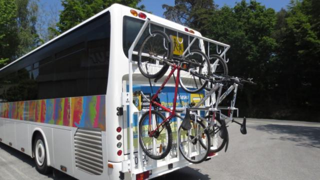 Car avec rack à vélo dans le Finistère