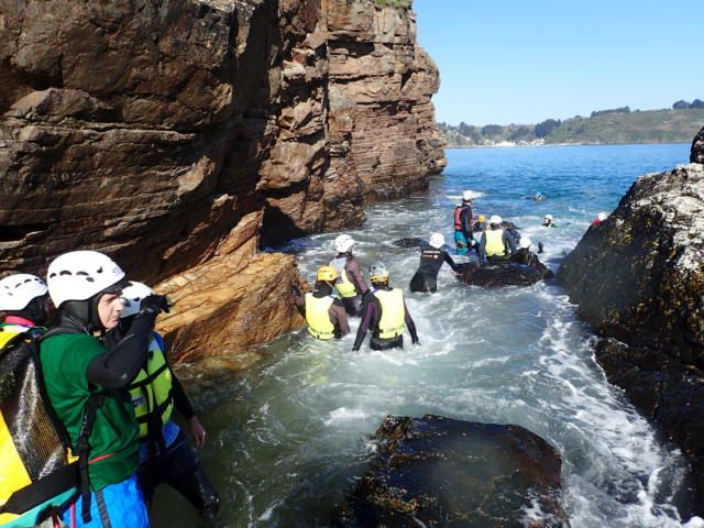 Pratique du Coasteering sur les Falaises d'Armor