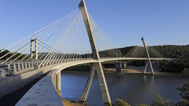Vue du pont de Terenez, pont a haubans qui enjambe la riviere de l'Aulne entre Argol et Rosnoen sur la route departementale 791