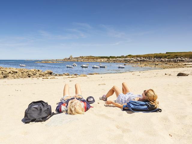 Bain de soleil sur la plage à Plouescat