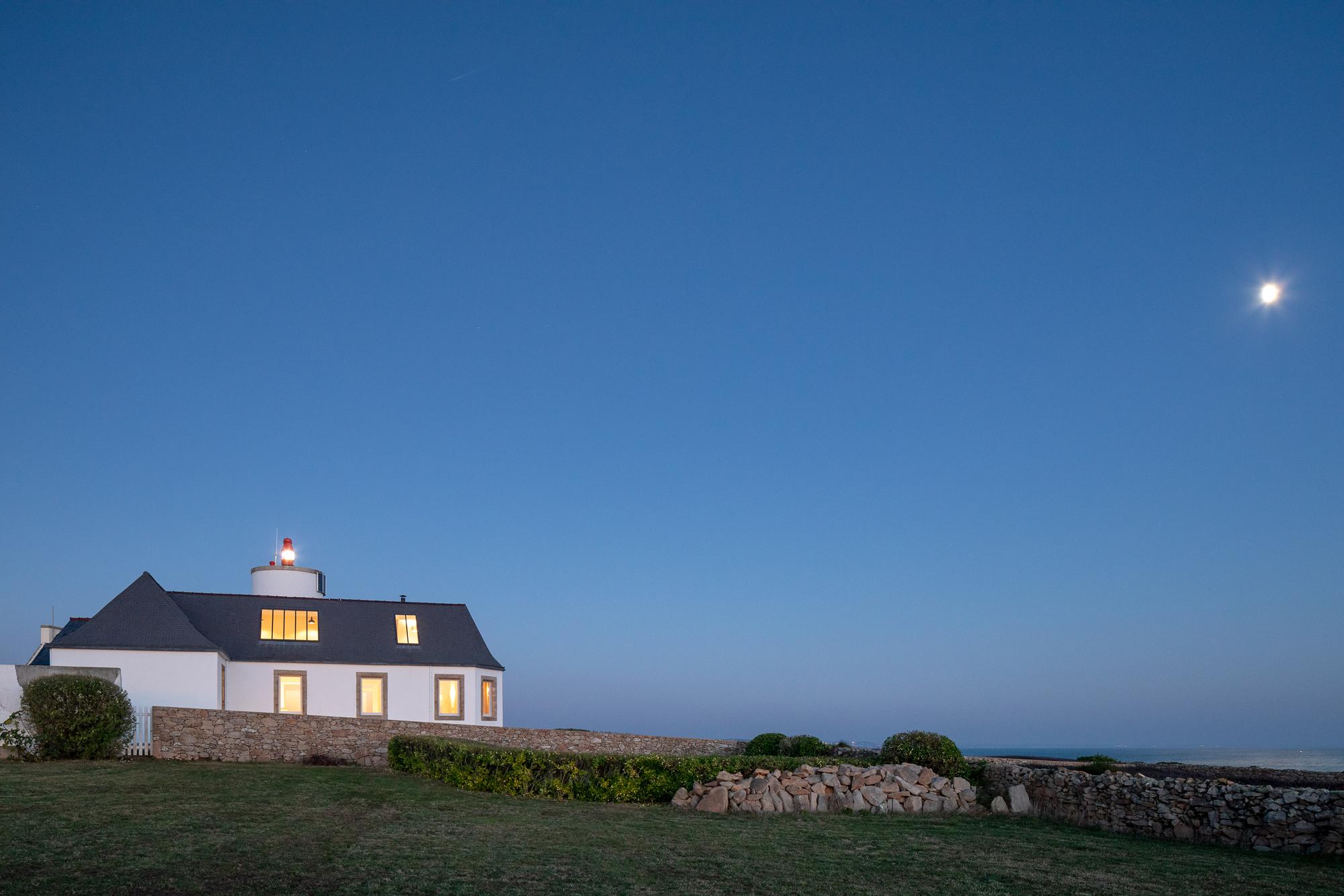 gte-smaphore-de-lervily-extrieur-heure-bleue-vue-de-ct-avec-la-lune-pascal-leopold-2.jpg