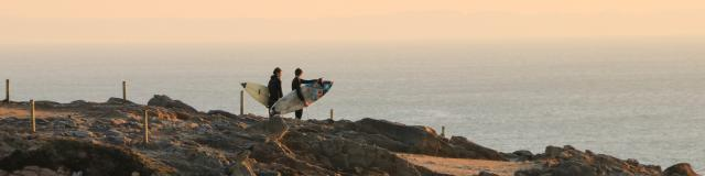 Surfeurs sur la cote sauvage de Quiberon