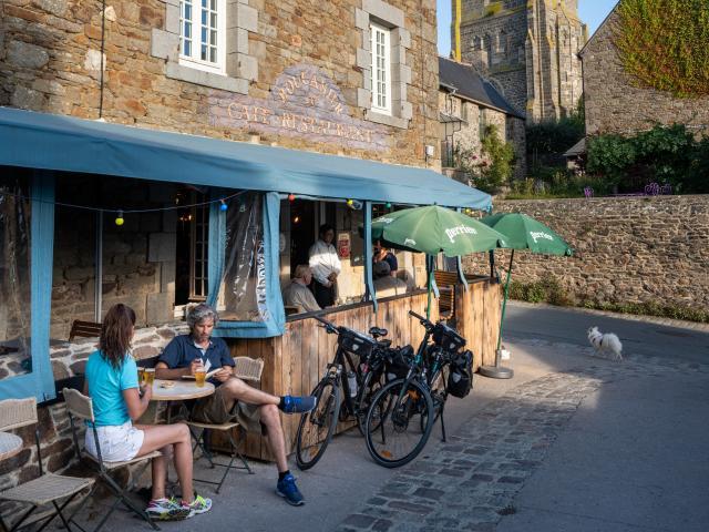 Saint-Suliac - pause en terrasse - vélomaritime