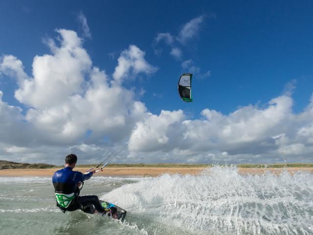 Erdeven, le kitsurfeur Etienne Lhote sur la plage de Kerhillio