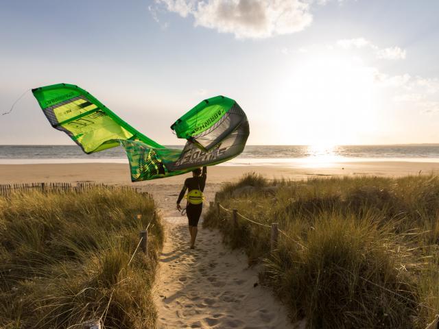 Kite-surfeur sur la grande plage de Guidel