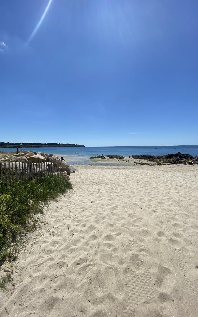la-cabane-aux-poissons-rouge-saint-gildas-de-rhuys-s-biju-vue-plage2-rotated.jpeg