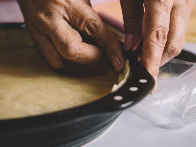 Étaler la pâte dans un moule
