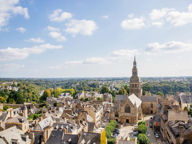 Dinan et l'église Saint-Sauveur depuis la tour de l'horloge