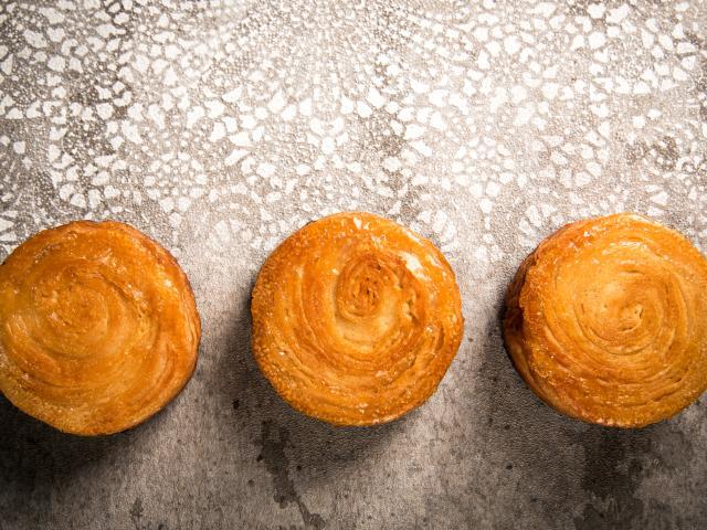Trois petits kouign-amann de la pâtisserie Laurent Le Daniel