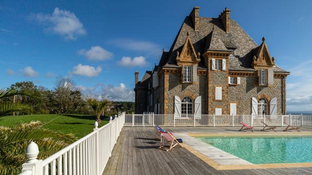 manoir-de-rulianec-crozon-f-gallou-facade-et-piscine.jpeg